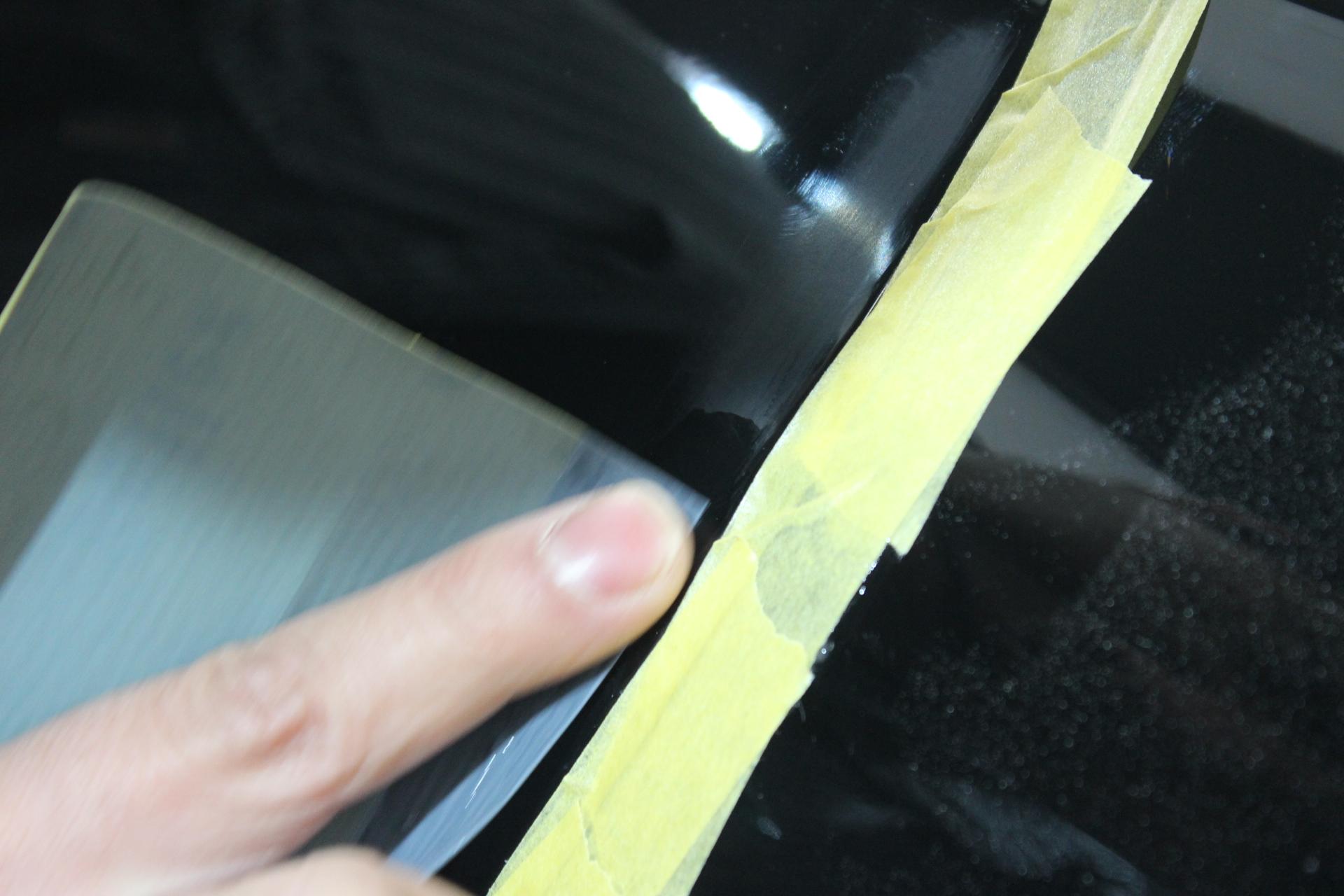 ドアモールの粘着剤のペーパー処理