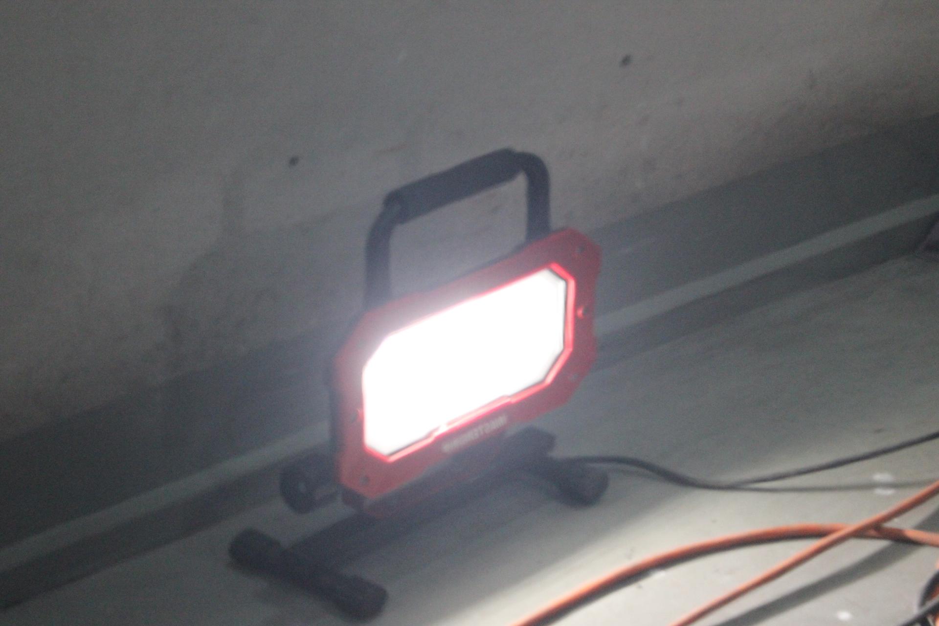 ドアに映り込む投光器